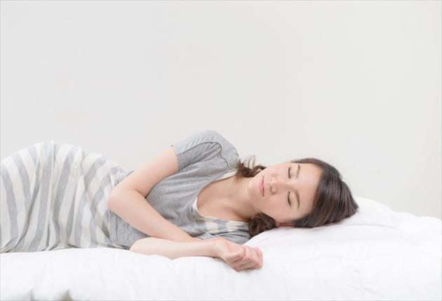 横向き寝の写真