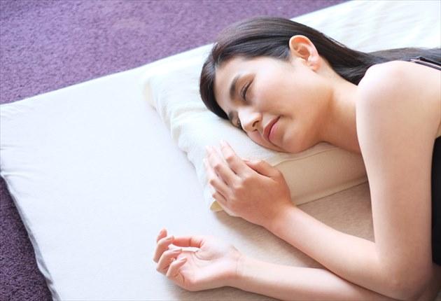 美人が横向き寝で寝る寝姿