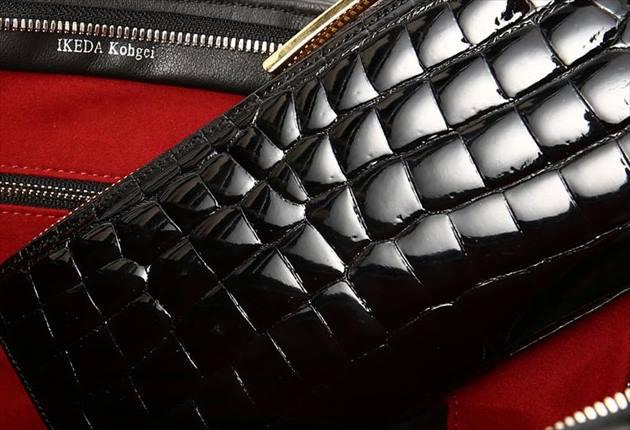 池田工芸のワニ革財布の表面の表情写真