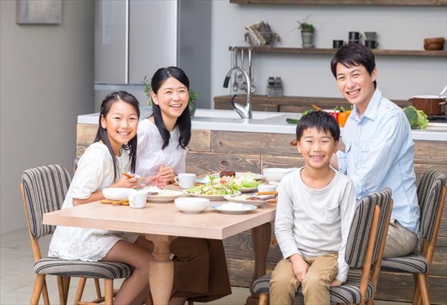 幸せな家族の食事風景