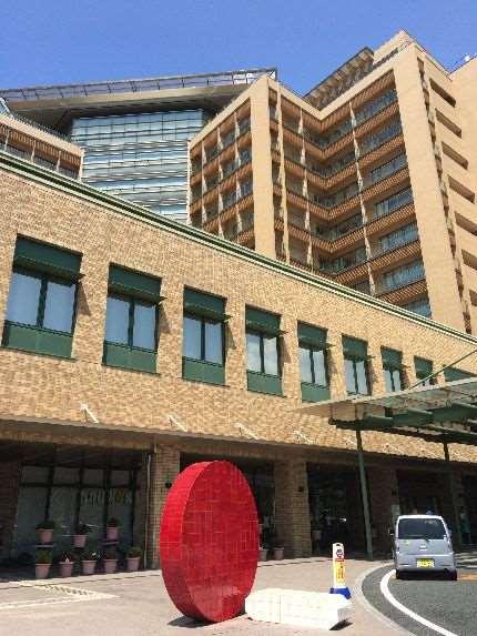 医療センター入り口の赤いオブジェ