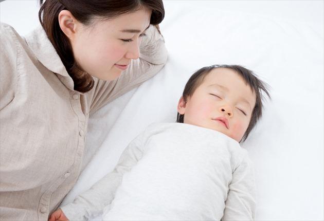 小児と添い寝する母親